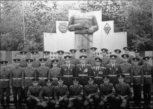 Бюст Ватутину, Полтава, территория артиллерийского училища (ПВЗРККУ)