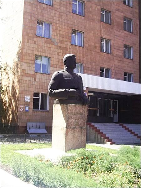 Бюст Ватутину, Полтава, территория института связи (ПВИС)